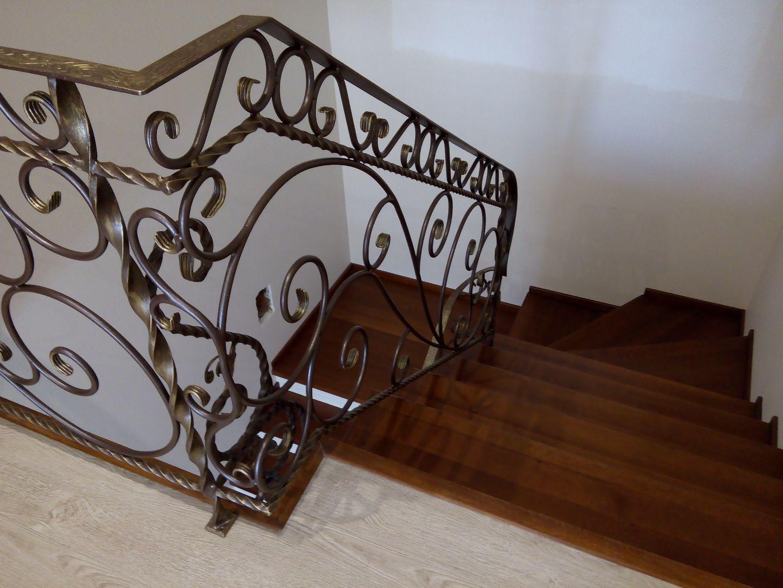 Купить элементы деревянных лестниц, перила и поручни